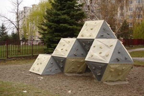 Skaly na lezenie. Majú učiť deti, ako zdolávať prekážky.