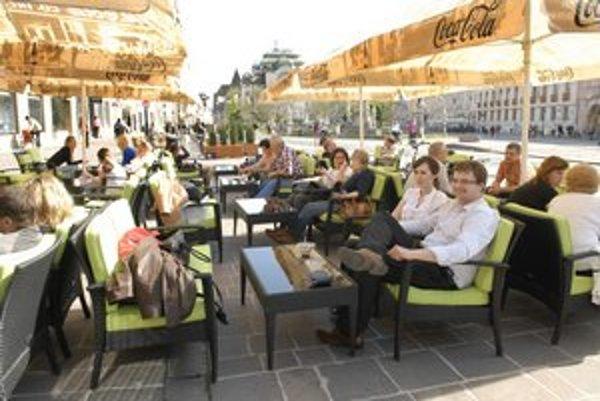 Slnečné počasie zapĺňa letné sedenie na Hlavnej.