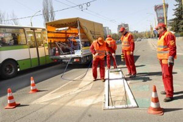 Značenie ožíva. Vodorovné dopravné značenie sa obnovuje v celom meste.