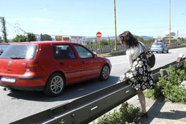 Prekonávanie rýchlostnej komunikácie pre obyvateľov, ktorí sa potrebujú dostať na zastávku mestskej hromadnej dopravy, je veľmi nebezpečné.
