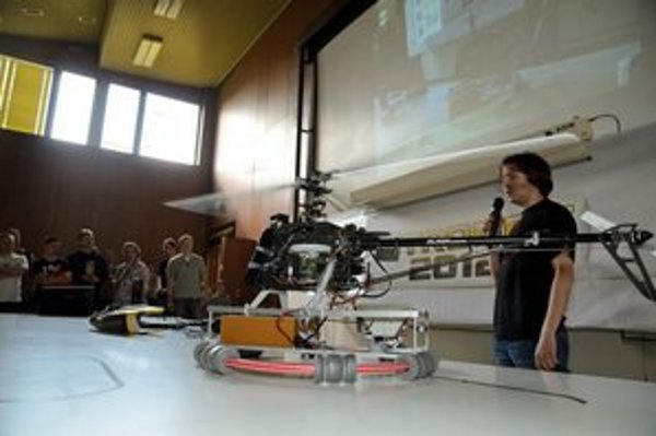J. Bačík pri nedávnej prezentácii svojej helikoptéry.