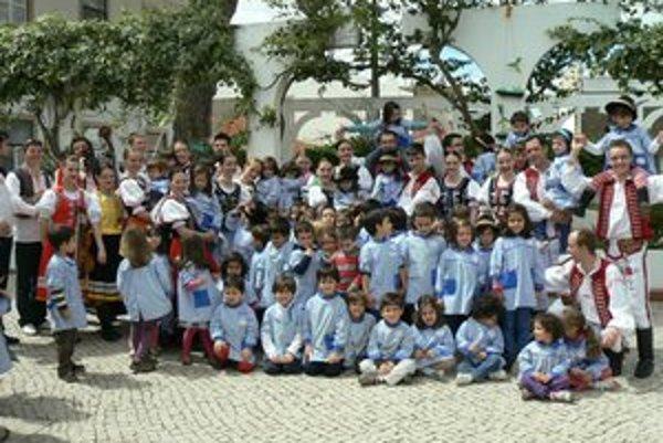 Čarnica v Portugalsku. Počas vystúpenia v miestnej škôlke si našli malých kamarátov.