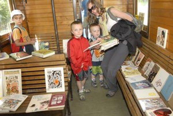 Jana, John a Jacob. Povozili sa na železničke a nakúpili kopec kníh.