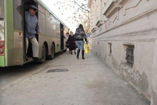 Továrenská, január 2012. Bezdomovec narazil temenom hlavy do steny a na mieste zomrel.