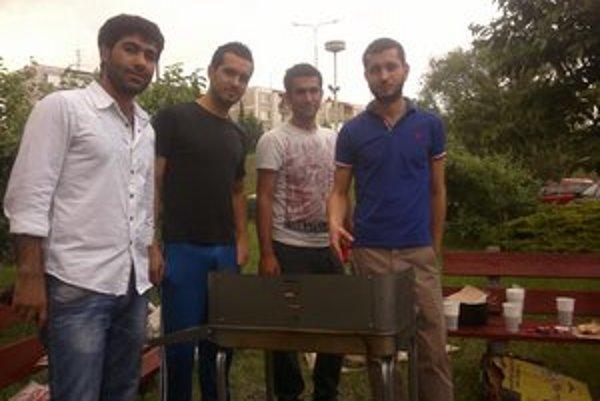 Grilovačka pred internátom. Erkan (vľavo) s priateľmi.