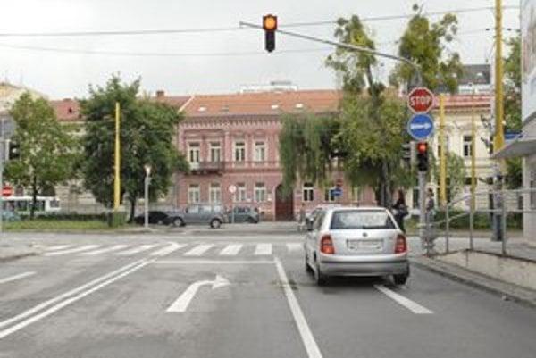 Krkolomná jazda. Z Mojmírovej prešiel cez cestu, vošiel na koľaje a na Štúrovej vpálil do autobusu a budovy.