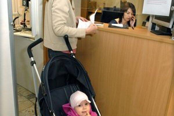 Pasové. Rodičia hromadne prichádzajú urobiť pas pre deti.