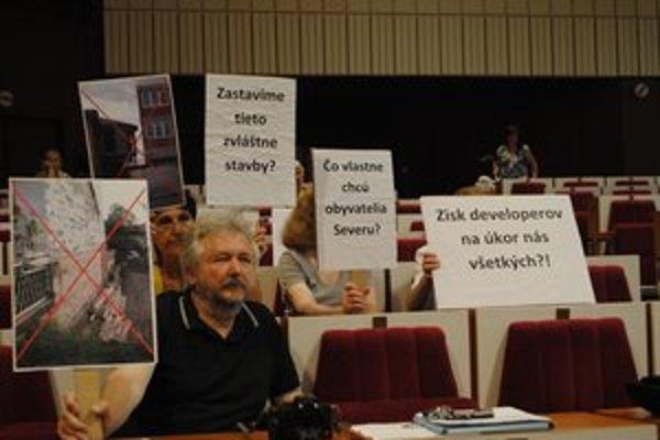 Petícia v mestskom parlamente. Ľudia volajú po zmene, ktorá by sprísnila divokú výstavbu.