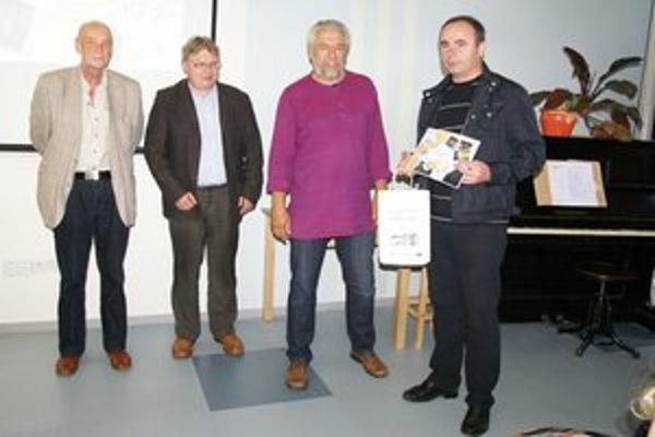 Jozef Puchala (prvý sprava) s porotcami.