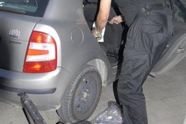 Po krádeži. Policajti zaisťujú stopy.