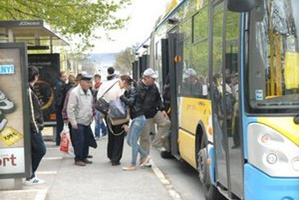 Ipeľská. Novú nemocnicu ešte stále hlásia v autobusoch na zastávke vzdialenej asi 200 metrov od zdravotníckeho zariadenia.