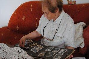 Edita Šalamónová s fotografiami svojich zavraždených príbuzných.