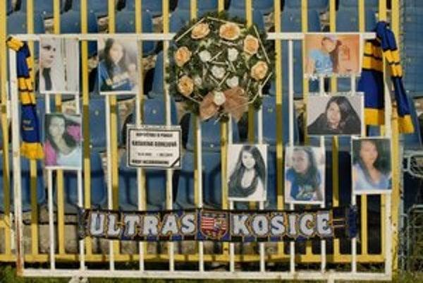Krásna Katka Gorejová bola veľkou fanúšičkou košického futbalu. Kamaráti na jej pamiatku včera priniesli na zápas so Slovanom transparent i veniec s fotkami.