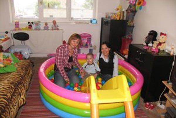 S. Rebrová so Simonkou a jej mamou. Žiaľ, tri týždne po tom, ako dostala vysnívaný bazén, vážnej chorobe podľahla