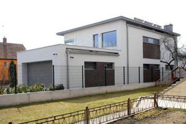 Richard Raši. Primátorovi sa rok vo finančnej stránke vydaril, nasťahoval sa  do nového domu v Barci.