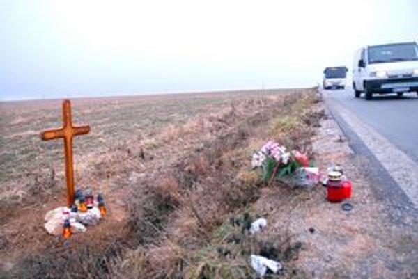 Hroznú tragédiu pripomína kríž, kahance i svadobná kytica.