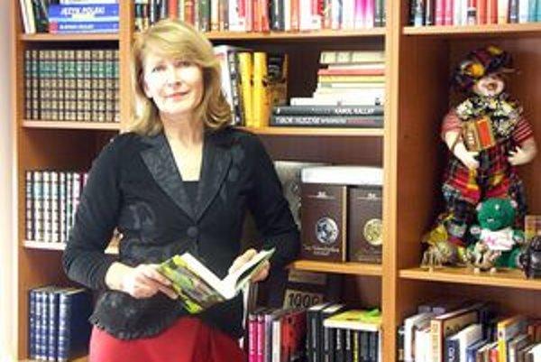 M. Lešková sa cíti medzi knihami veľmi dobre.