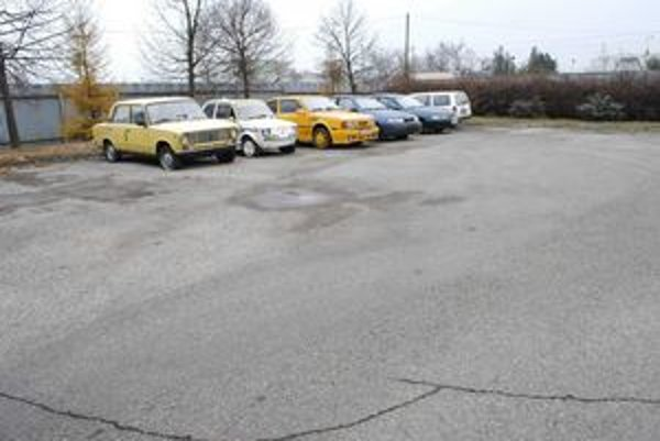 Na parkovisku MsP sme v piatok objavili iba šesť áut.