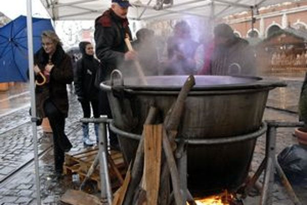 Anjelská kapustnica. Varili ju v 1000-litrovom kotle, v Košiciach mal premiéru.