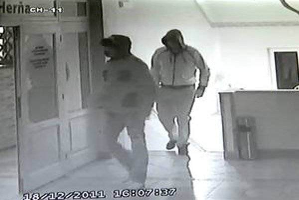 Falošní policajti. Ich príchod zachytili kamery, záznam už majú ozajstní policajti.