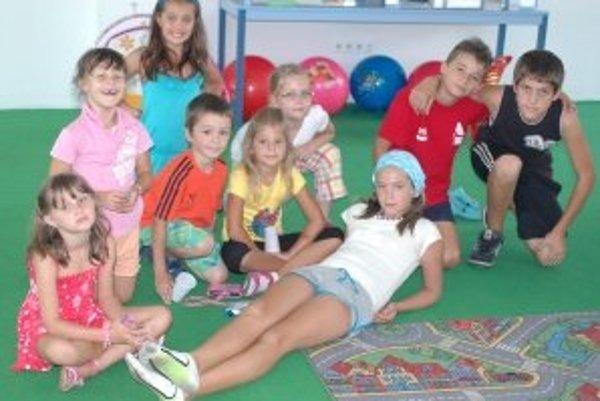Zľava: Julka (7), Miška (6), Lea (9), Peťka (8), Kristian (10) a Rišo (13).V strede: Maťko (6), Vikinka (6), Vanesa (11).