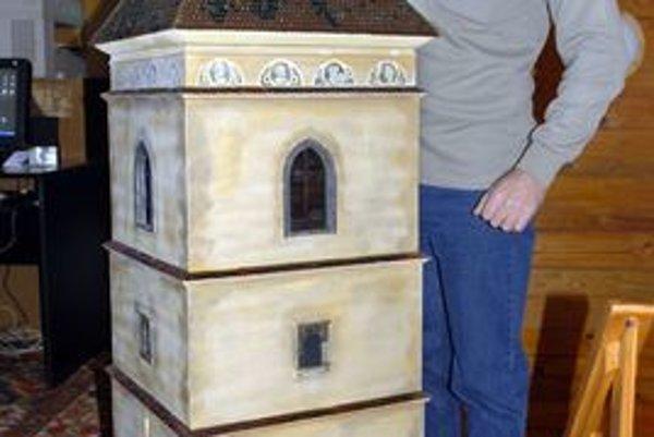 Urbanova veža. Kríž na streche vyrábal asi týždeň.