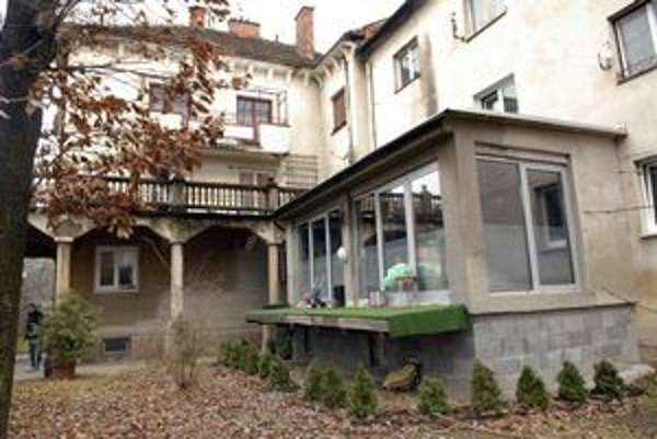 Mala to byť terasa. Na Pasteurovej však vyrástla prístavba vo dvore.