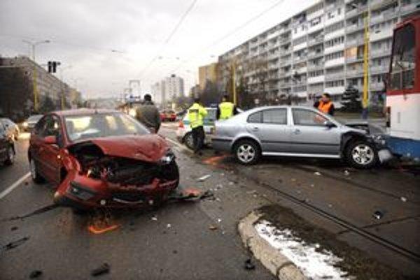 Po zrážke. Autá boli zdemolované, doprava meškala.