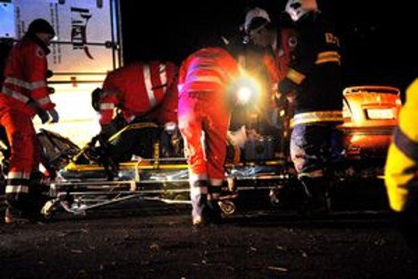 Záchrana. Spolujazdca z oktávie museli vystrihnúť, bol vážne zranený, ale komunikoval so zachranármi.