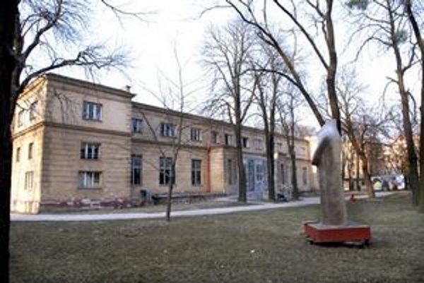 Kulturpark. Z bývalého kasárenského areálu na Kukučínovej ulici by malo vzniknúť najväčšie kultúrne centrum Slovenska. V troch budovách majú byť prezentačné priestory, multifunkčná sála, divadelné štúdio, ateliéry či kreatívne štúdiá. 20–miliónová rekonšt