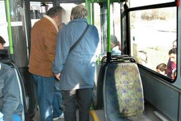 Denne 50 čiernych pasažierov. Len 2 percentá zaplatia na mieste. Väčšina skončí na súde.