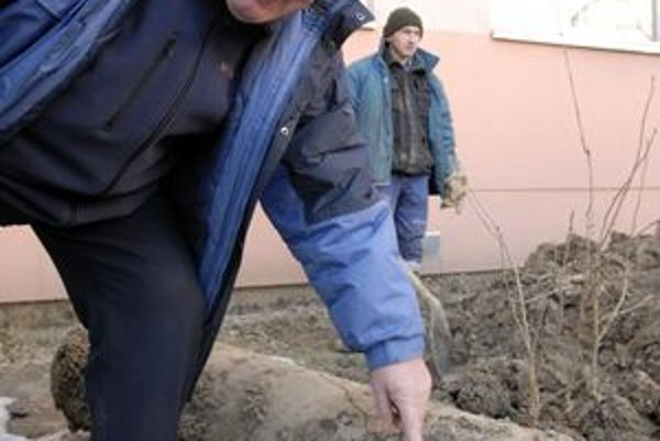 Prasknuté potrubie. Michal Béreš nám ukázal, aká prasklina spôsobila na sídlisku potopu.