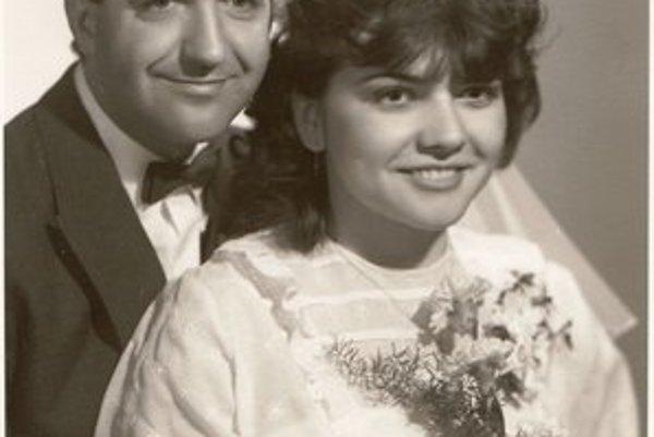 Svadobná fotka novomanželov Petrvalských.