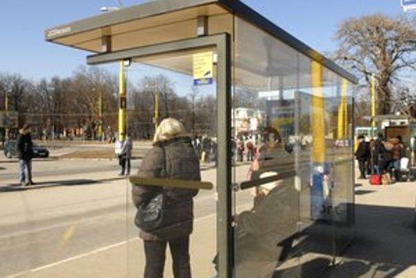 Železničná stanica. Zastávky MHD a ich okolie sú sledované aj bezpečnostnými kamerami.