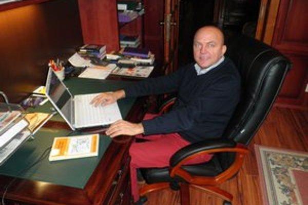 J. Zbojek napísal štyri knihy, píše piatu.