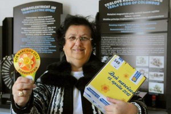 Pozor na podvodníkov. Mária Wagnerová ukazuje aktuálnu škatuľu i odznak dobrovoľníka.