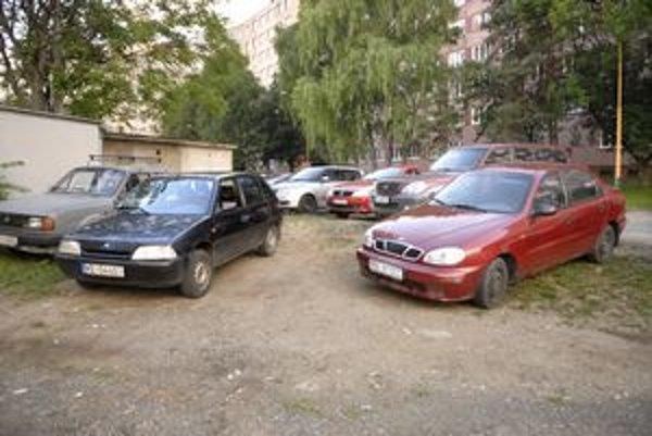 Krakovská ulica na Železníkoch patrí podľa Hlinku medzi najkritickejšie v tejto mestskej časti. Jej obyvatelia sa však veľmi nesťažovali. Napriek tomu však vznikne na tejto ulici okolo 30 parkovacích miest.