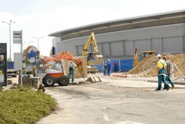 Viac obchodov. Stavbári sa už pustili do rozšírenia obchodného centra Optima. Prístavba má byť hotová v zime.