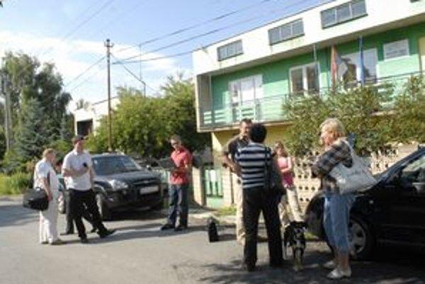 Úradovali na ulici. Na kľúče od brány i budovy si poslanci museli takmer hodinu počkať.
