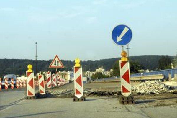 Obmedzená premávka. Most VSS je znovu užší. Začali na ňom robiť rekonštrukčné práce.