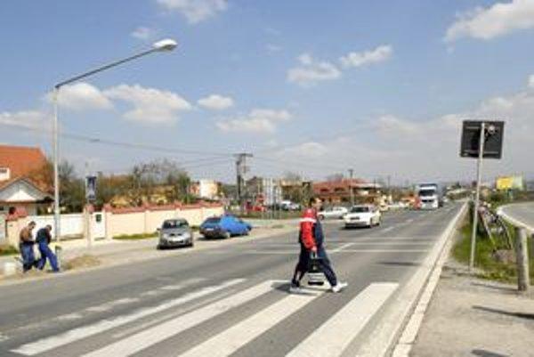 Pešiaci v nevýhode. Nebezpečný priechod pre chodcov na Pereši si pýta semafor.