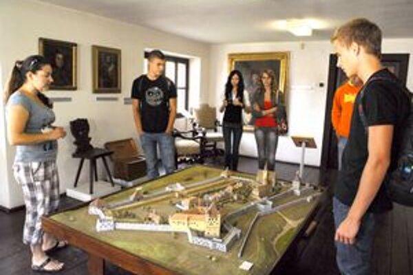 Maketa hradu v Sárospataku. Medzi návštevníkmi výstavy má veľký úspech.