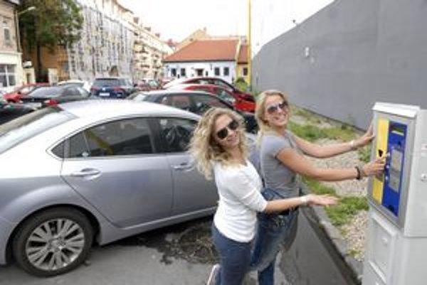 Parkovisko Vodná. Parkovacie rampy odstránili. Platiť sa tam dá už len prostredníctvom automatu.
