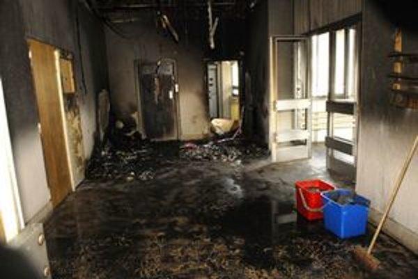 Po požiari. Dym všetko začiernil. Dvere naľavo vedú do operačných sál.