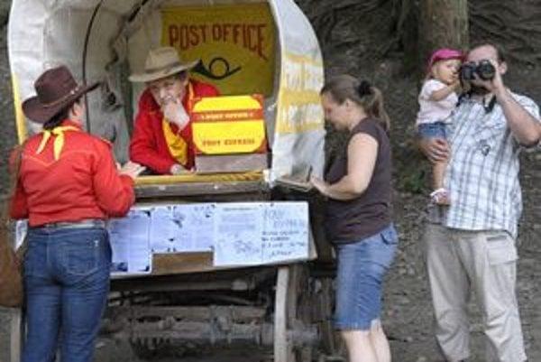 Poštári vyrazia z mestského parku. Hodinu pred odjazdom bude otvorený poštový úrad.