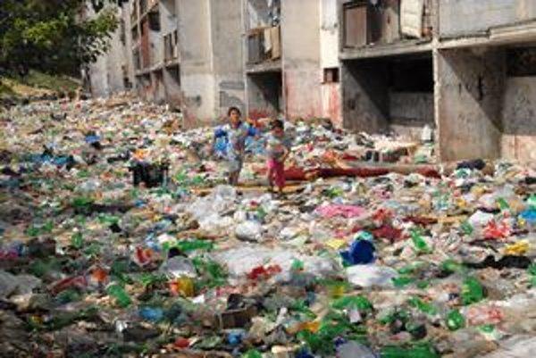 Skládka odpadu. Opäť utešene rastie, hygienici už celé roky varujú, že môže byť semeniskom chorôb.