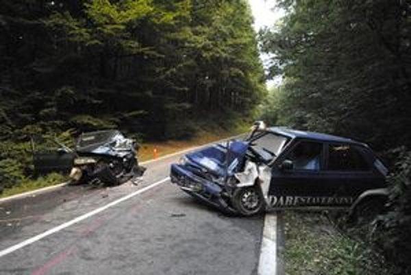 Po havárii. Vodičovi modrého auta už nebolo pomoci, troch zranených odviezli do nemocnice.