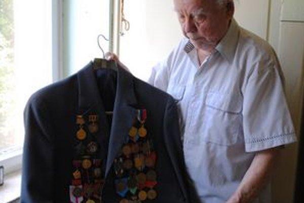 Pán Ladislav má uniformu posiatu vyznamenaniami