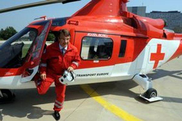 Minister Uhliarik pri novom vrtuľníku.
