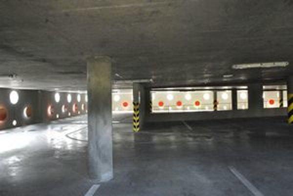 Prázdny a stratový mestský parkovací dom. Nespokojný s týmto stavom je aj primátor Raši.